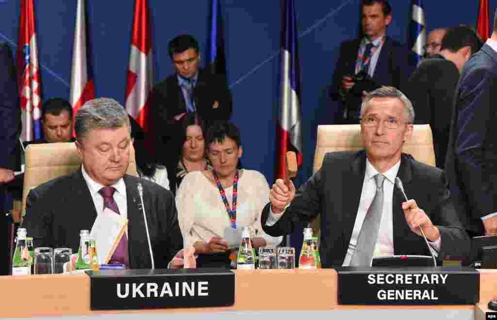 Президент України Петро Порошенко (ліворуч), генсекретар НАТО Єнс Столтенберґ та український політик, колишній політв'язень у Росії Надія Савченко (посередині). Засідання комісії НАТО-Україна, 9 липня 2016 року