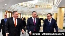 Sekretari Pompeo gjatë vizitës në Kazakistan.