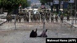 Susținători ai fostului președinte egiptean în fața unei bariere ridicate de forțele armate la Cairo