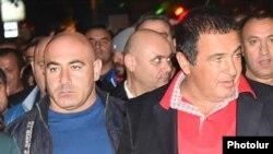 Эдуард Бабаян (слева) сопровождает лидера ППА Гагика Царукяна (архив)