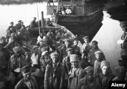 Пленени войници на Червената армия след битката.