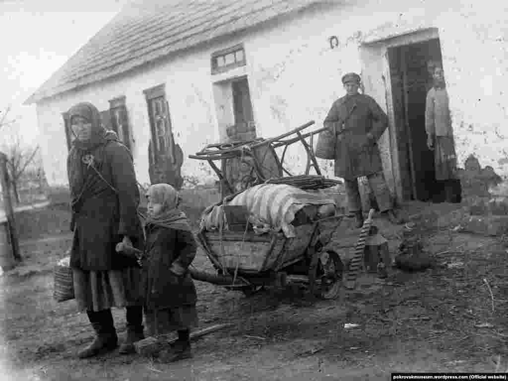 Розкуркулена родина біля будинку в селі Удачне, 1930-і роки
