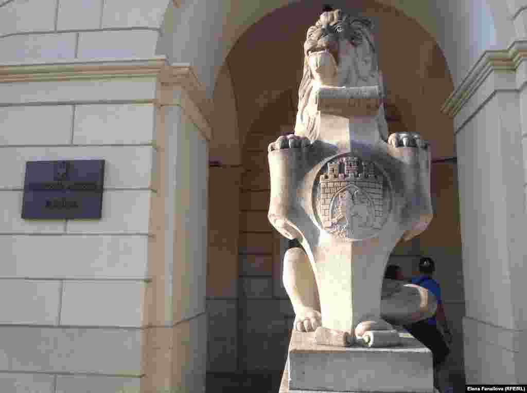 Каменный лев перед входом в Ратушу