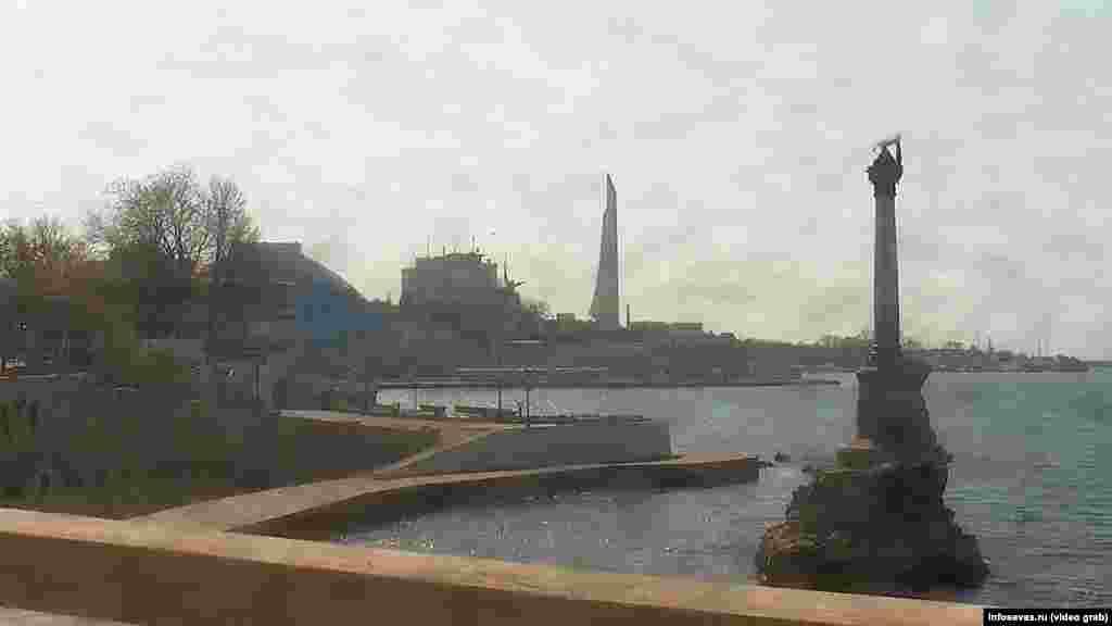 Севастополь. Пустынная набережная возле памятника Затопленным кораблям