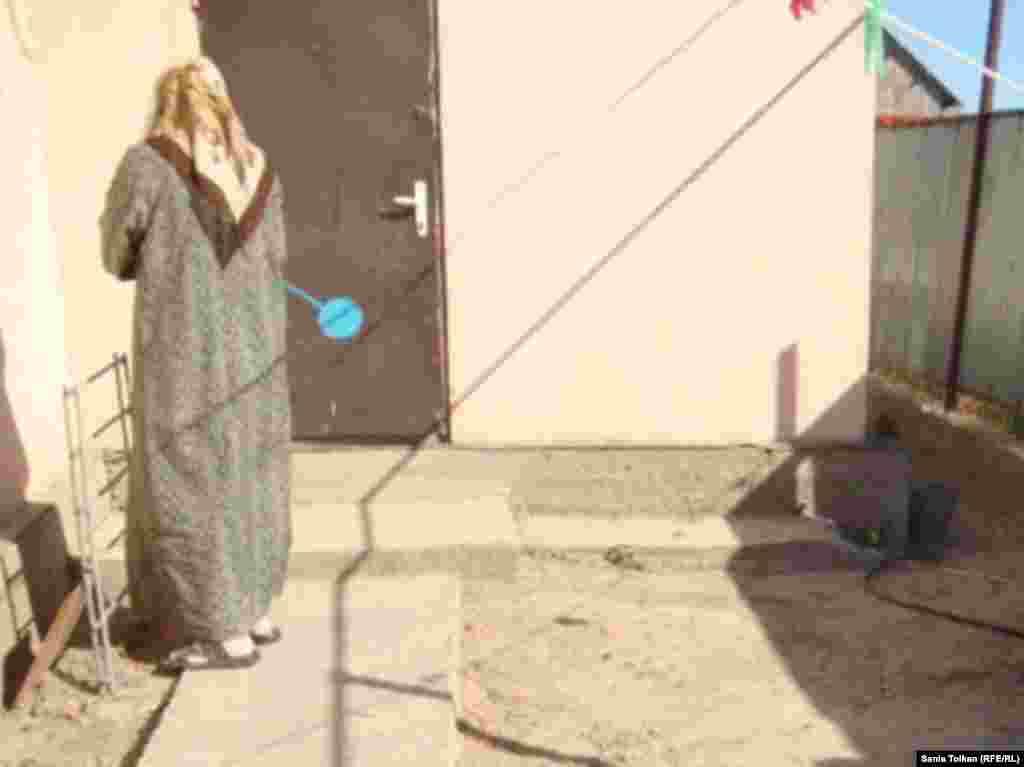 Терроризмге қатысы бар деп айыпталып, полиция қолынан қаза тапқан Сергей Лидің әйелі Айсұлу оқиға орнын көрсетіп тұр. Атырау, 31 тамыз 2011 жыл.