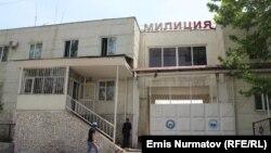У здания милиции в городе Ош в Кыргызстане.