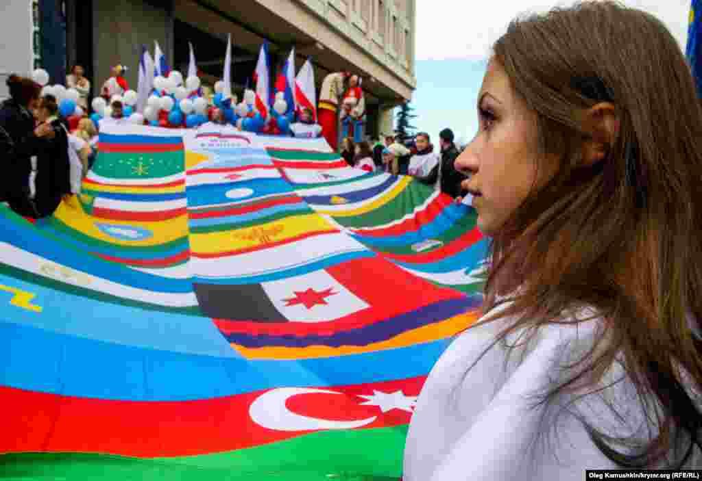 З прапорів республік Російської Федерації зшили величезне полотно