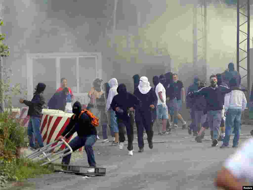 Masked Serb extremists set the Serbia-Kosovo border crossing at Jarinje on fire on July 27.
