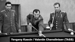 Valery Bykovsky (left) with fellow Soviet cosmonauts Yury Gagarin (center) and Gherman Titov in 1965.