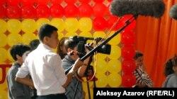 Киностудия үйірмесіне қатысушы оқушылар мюзикл түсіріп тұр. Алматы, 29 қыркүйек 2014 жыл