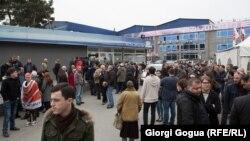 Учасники протесту біля будівлі Руставі-2 в Тбілісі, 3 березня 2017 року