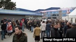 Rustawi 2 TW-siniň goldawçylary Tbiliside protest mahalynda, 3-nji mart, 2017