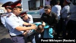Полиция проводит задержания у места, которое запрещенное в стране движение указало в качестве площадки для проведения митинга. Алматы, 21 сентября 2019 года.