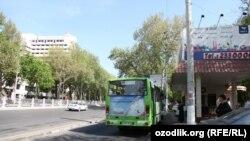 Автобусная остановка в Ташкенте.