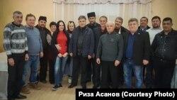 Риза Асанов с участниками семинара в Крыму (второй слева)