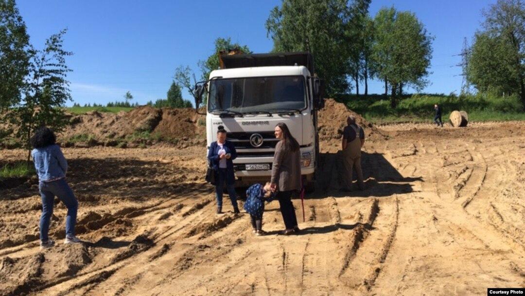 Жители Колтуш преграждают путь строительной технике