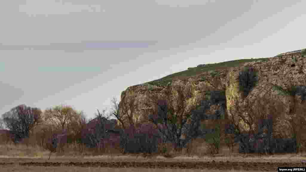 Мальовничі скелі у селі Литвиненкове на правому березі Зуї