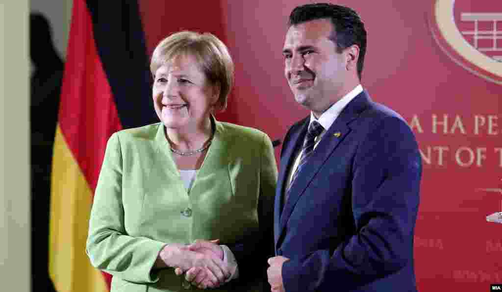 МАКЕДОНИЈА - Премиерот Зоран Заев изјави дека политичките одлуки во земјата за тоа дали ќе има реконструкција на Владата или предвремени избори ќе зависат од одлуката на Европскиот совет и како европските земји ќе ги постават работите, како и од пораките што ќе ги добие од германската канцеларка Ангела Меркел на претстојната средба во четврток во Берлин.