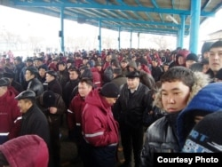 Забастовка рабочих «Озенмунайгаза» с требованием повысить оплату труда. Жанаозен, март 2010 года.