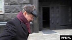 2 грудня 2019-го знімальна група «Схем» помічає, як з Офісу президента виходить чоловік у шалику