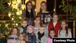 Екатерина Онохова (соңғы қатарда оң жақта тұр) мен жұбайы Александр (ортада) балаларының арасында. 2010 жыл.