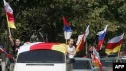 სამხრეთ ოსეთის დე ფაქტო რესპუბლიკისა და რუსეთის ფედერაციის დროშები