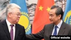 Қазақстан сыртқы істер министрі Бейбіт Атамқұлов пен Қытай сыртқы істер министрі Ван И. Қытай, 28 наурыз 2019 жыл.