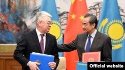 Министр иностранных дел Казахстана Бейбут Атамкулов (cлева) и министр иностранных дел Китая Ван И после подписания документов по итогам их переговоров в отеле Diaoyutai State Guesthouse в Пекине. 28 марта 2019 года.