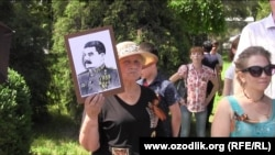 9 may kuni Toshkentda Stalin portretini ko'tarib turgan ayol
