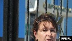 Людмила Шайхиева, жительница города Атырау, читает свое письмо протеста перед зданием областной прокуратуры. Атырау, 23 июня 2009 года.