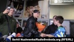 Фоторепортаж: Як Олександра Усика зустрічали в Україні