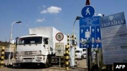 Російський гуманітарний конвой перетинає український кордон через контрольно-пропускний пункт Ізварине, 22 серпня 2014 року