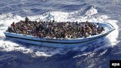 Жерорта теңізі арқылы Еуропаға қайықпен шыққан заңсыз мигранттар. 19 сәуір 2015 жыл. (Көрнекі сурет.)