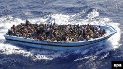 Нелегальні мігранти, врятовані італійськими моряками у Середземному морі, вересень 2014 року