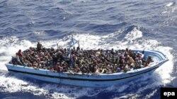 Нелегальныя мігранты, уратаваныя італьянскім вайсковым суднам «Fregata Euro» уМіжземным моры 12верасьня 2014 году