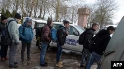 Një grup emigrantësh të paligjshëm në kufirin Serbi - Hungari, 9 shkurt 2015