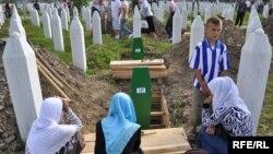 Ukop žrtava genocida u Srebrenici, 11. jul 2010. Foto: Midhat Poturović