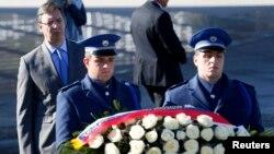 Босния-Герцеговина -- Сербия премьер-министри Александр Вучич эстеликке гүл коюда. 11-ноябрь, 2015.