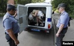 Полиция жезөкше деген адамды ұстап тұр. Көрнекі сурет.