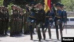 Президент Леонид Тибилов лоббирует вариант, согласно которому в армии Южной Осетии будут служить хотя бы 600 человек, что и вызывает нескрываемое раздражение у парламентского большинства