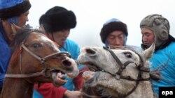 Кыргызстанда той-аштарда көк бөрү оюнун уюштуруп берүү салтка айланган. Сүрөттүн окуяга тиешеси жок.