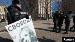 Поліція забирає пікетника на підтримку Pussy Riot, 8 березня 2013 року