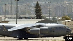 یک هواپیمای نظامی آمریکا در فرودگاه بیروت (عکس از آرشیو)