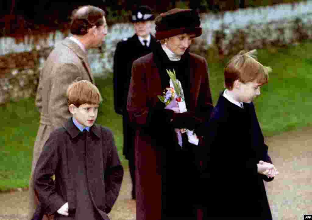 Принц Чарльз, принцеса Діана та їхні сини, Вільям та Гаррі, вийшли з церкви Святої Марії Магдалини недалеко від свого будинку у Норфолку, 25 грудня 1994 року.
