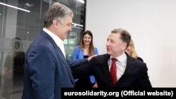 П'ятий президент України Петро Порошенко (ліворуч) і спеціальний представник США Курт Волкер. Київ, 25 липня 2019 року