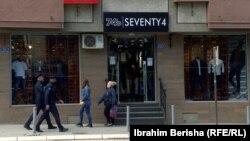 Disa persona duke kaluar pranë dyqaneve të hapura. Prishtinë, 4 maj, 2020.