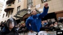 Москвадагы түрк элчилигинин алдына чыккан орусиялыктар. 25-ноябрь, 2015-жыл