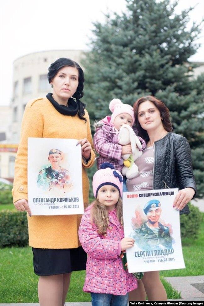 Юлія Корінькова і Катерина Глондар з дітьми на мітингу у 2017 році