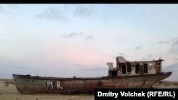 Бір кездегі Арал теңізінің орнында қалған қайық қаңқасы.