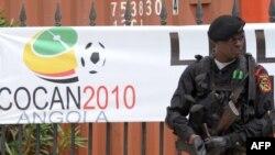 Ангола полицейі Того ұлттық футбол командасы орналасқан Кабиндадағы олимпиадалық қалашықты күзетіп тұр. 10 қаңтар 2010 жыл.